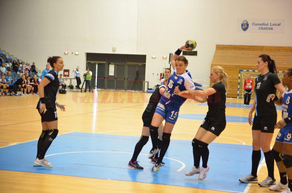 Valentina Ardean Elisei (la minge) şi colegele sale au obţinut o victorie categorică în sferturi cu Brăila