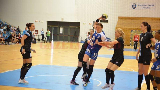 Valentina Ardean Elisei (la minge) a marcat șapte goluri contra Brăilei (foto: Claudiu Tudor)