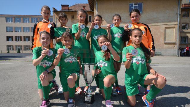 """Jucătoarele de la Școala Gimnazială """"Decebal"""" și-au prezentat ieri medaliile în fața colegilor (foto: Bogdan Grosu)"""