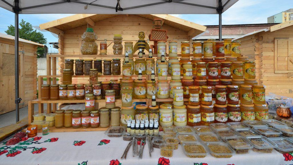Oferta de miere a fost variată la Târgul de produse tradiţionale româneşti (Foto: Bogdan Grosu)