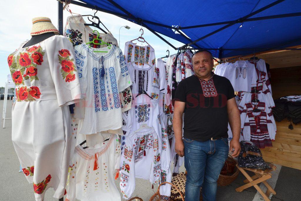"""Sebastian a adus la """"Târgul de produse tradiţionale româneşti"""" costume populare lucrate manual în Ardeal (Foto: Bogdan Grosu)"""