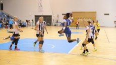 Pentru franţuzoaica Laurisa Landre (la minge), meciul de astăzi va fi ultimul în faţa publicului craiovean deoarece jucătoarea va evolua sezonul viitor la Metz  (Foto: Arhiva GdS)