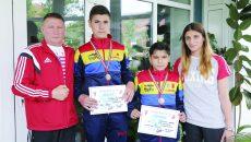 Antrenorii Ion Dragomir şi Dora Mustăţea, alături de cei doi medaliaţi de la SCM, Minuș Miclescu (dreapta) și Bogdan Cosacu (Foto: Lucian Anghel)
