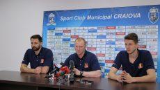 Antrenorul secund al naționalei, Ovidiu Macarie (centru), și doi dintre componenții lotului, Laurențiu Lică (stânga) și Andrei Spânu, au vorbit despre confruntările cu Austria și despre meciurile din preliminariile CM (foto: Lucian Anghel)