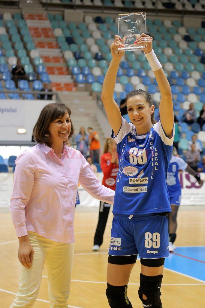 Cristina Zamfir a primit trofeul de golgheter în Liga Naţională de la fosta mare handbalistă  Steluţa Luca (Foto: Bogdan Grosu)