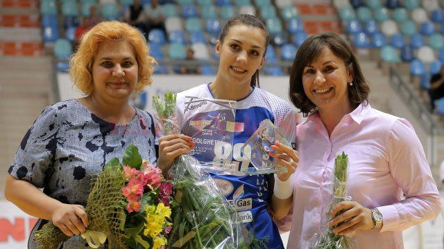 Cristina Zamfir (centru) a primit trofeul pentru titlul de gogheter în Liga Națională de la fosta mare handbalistă Steluța Luca (dreapta). Și din partea clubului SCM a primit un trofeu, de la directoarea Daniela Grădinaru (stânga) (foto: Bogdan Grosu)