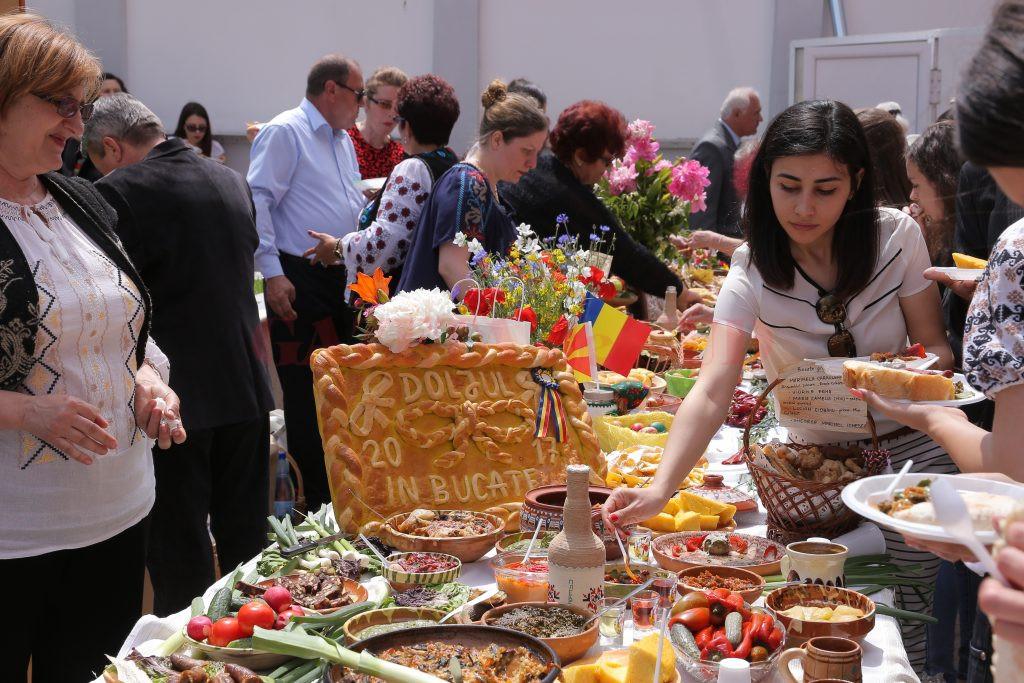 """Vizitatorii au degustat mâncărurile prezentate la """"Dolju-n bucate"""" (Foto: Lucian Anghel)"""