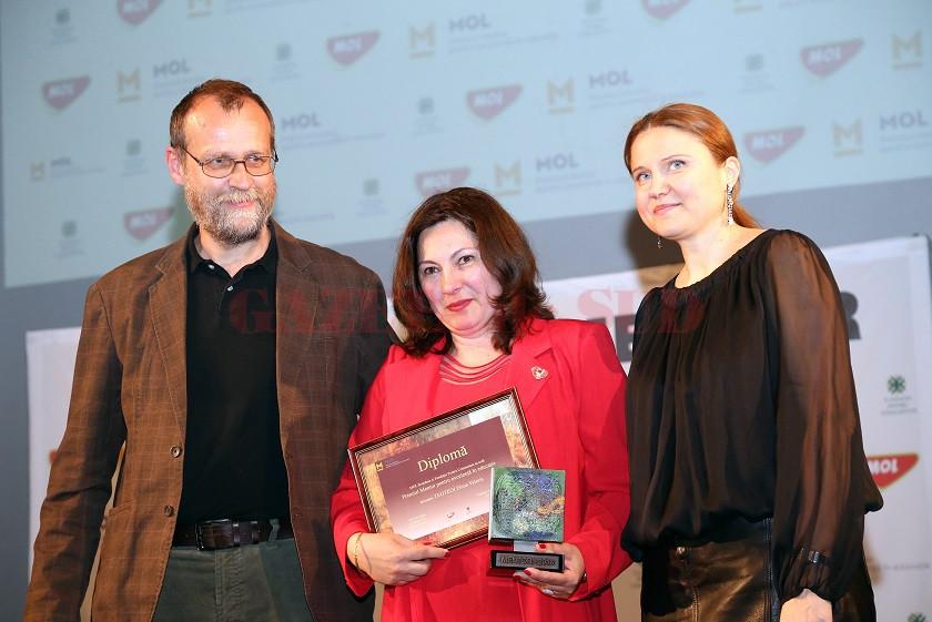 """Elena Valeria Teoteoi (centru) este profesor de chimie la Colegiul Naţional """"Tudor Vladimirescu"""" din Târgu Jiu"""