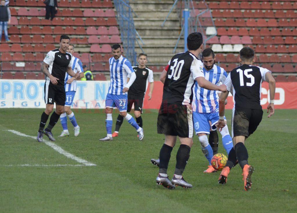 Zlatinski (la minge) trebuie să găsească breşe în defensiva ilfovenilor şi să pună umărul la calificarea în finală (Foto: Alexandru Vîrtosu)