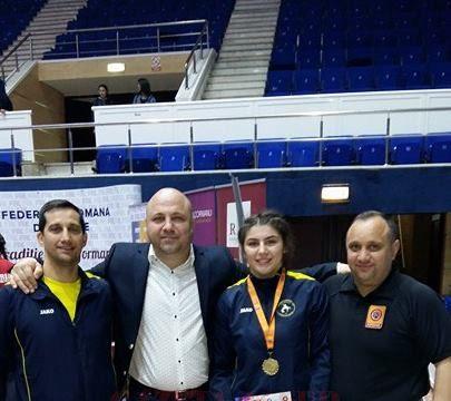 Alexandra Anghel alături de antrenorii săi şi de preşedintele FR de Lupte, Răzvan Pârcălabu (în cămaşă albă)