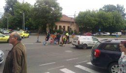Compania de Apă Oltenia a intervenit, marți, pentru a remedia o gură de canal de pe strada Calea București, în jurul căreia se lăsase asfaltul