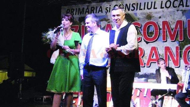 Primarul Comunei Castranova, Dumitru Măceşanu (centru), alături de solistul Nelu Bîţînă