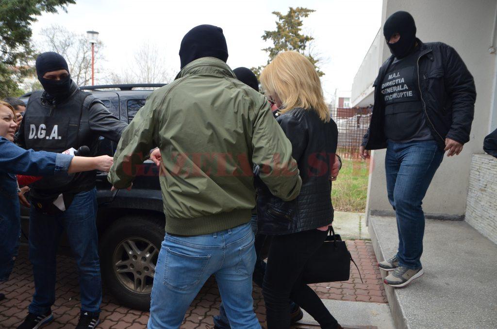 Cei doi inculpați au fost ridicați pe 15 martie de la Centrul de Transfuzie Sanguină Craiova, după o acțiune de prindere în flagrant organizată de ofițerii Anticorupție (Foto: Arhiva GdS)