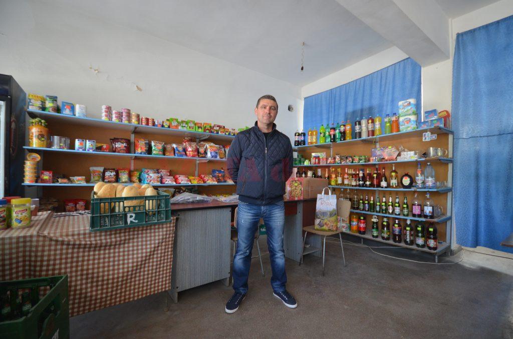 Un comerciant din Almăj a spus că nimeni nu a mers să achite cu cardul vreodată în magazinul său (Foto: Bogdan Grosu)