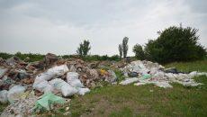 Groapă ilegală de gunoi în dealurile de la Banu Mărăcine