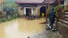 Inundaţiile continuă să afecteze gospodăriile şi culturile agricole