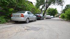 Strada este mai degrabă peticită cu gropi și denivelări decât cu covor asfaltic.