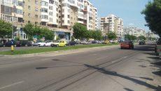 Pe mai multe porțiuni de pe strada Calea București abia se mai zăresc marcajele rutiere (FOTO: Marian Apipie)