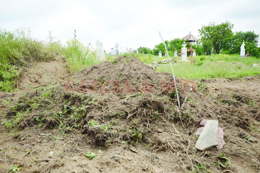 Așa arată mormântul celor doi bătrâni, amenajat la marginea cimitirului cu utilajul Primăriei Dobrești