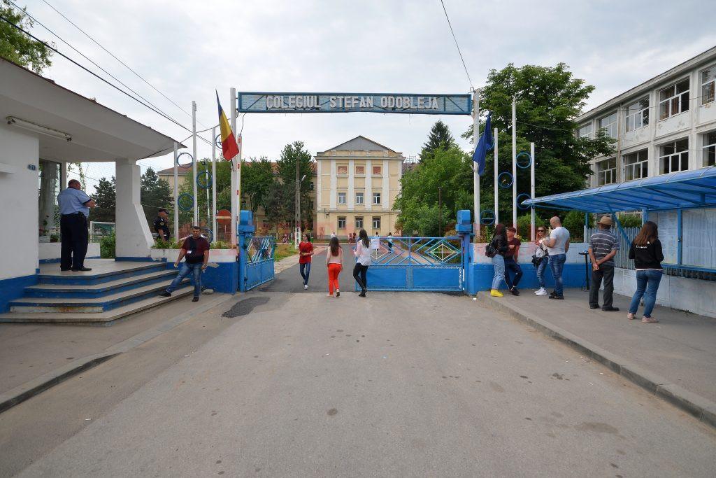 Elevii care vor opta pentru clasele de liceu cu program de predare bilingvă au început de ieri examenele pentru verificarea cunoștințelor de comunicare într-o limbă de circulație internațională (Foto: Bogdan Grosu)