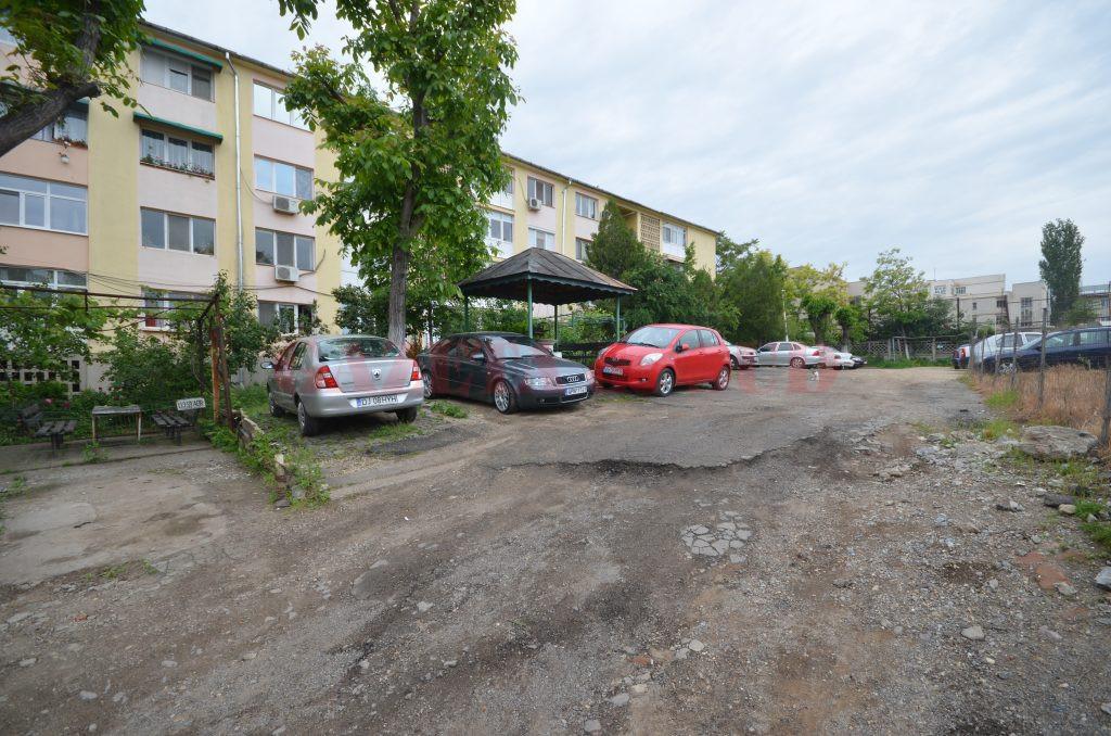 Parcarea și aleile de acces către blocul 57 de pe strada Amaradia sunt făcute praf (Foto: Bogdan Grosu)