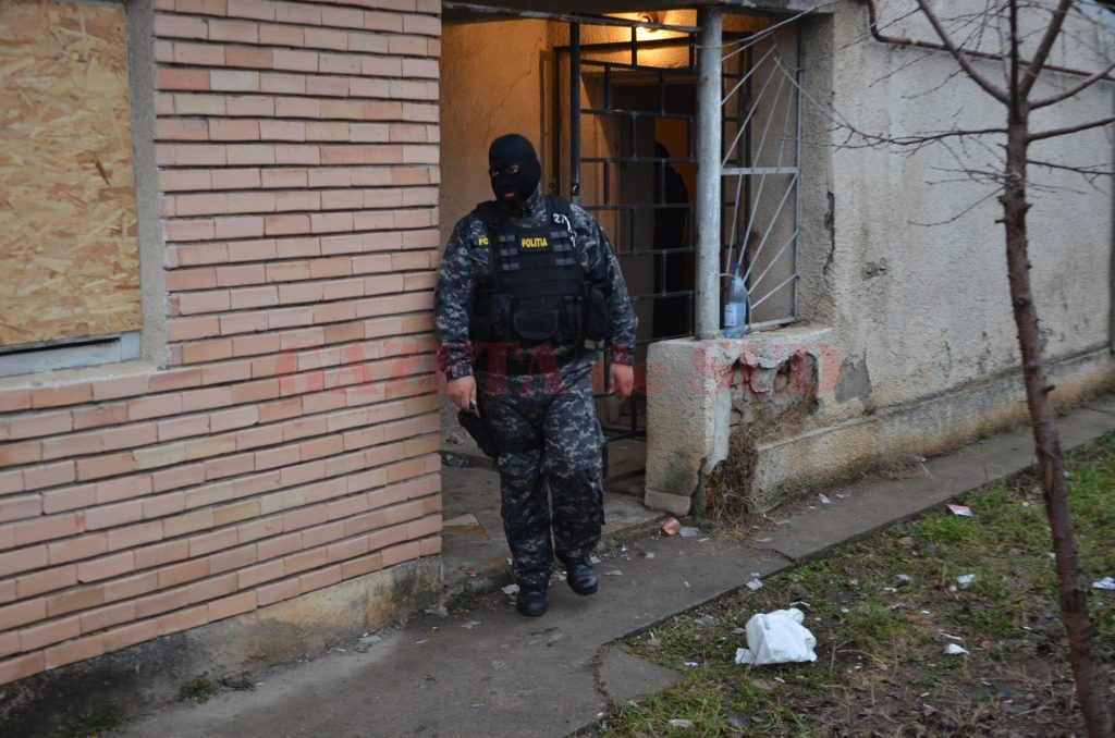 Polițiștii de la Secția 6 Craiova, însoțiți de luptători ai Serviciului de Acțiuni Speciale, au descins la locuințele unor persoane bănuite de comiterea unui furt dintr-o locuință