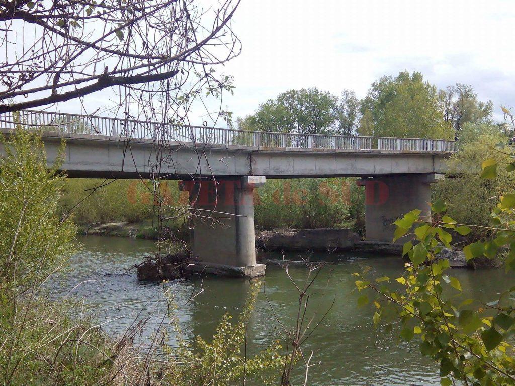 Podul de la Turcineşti este avariat din 16 aprilie