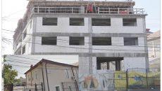 În clădirea din strada Împăratul Traian nr. 28 (foto medalion) ar fi avut sediul Fundația GIEDD a Cristianei Sîrbu. În realitate, clădirea fusese demolată, iar în locul ei se construia blocul din imagine