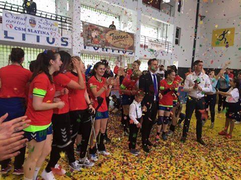 Jucătoarea de la CSM Slatina au sărbătorit promovarea (foto: Facebook CSM Slatina)