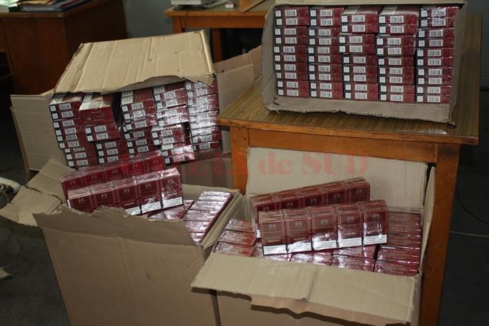 Oamenii legii au găsit în mașina bărbatului aproape 4.000 de pachete de țigări de contrabandă (Foto: arhiva GdS)