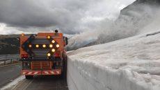 Utilajele acţionează pe Transalpina pentru eliminarea zăpezii şi a stâncilor