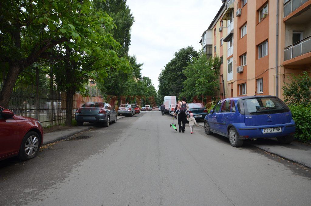 Mașinile parcate pe trotuar, pietonii pe carosabil (Foto: Bogdan Grosu)