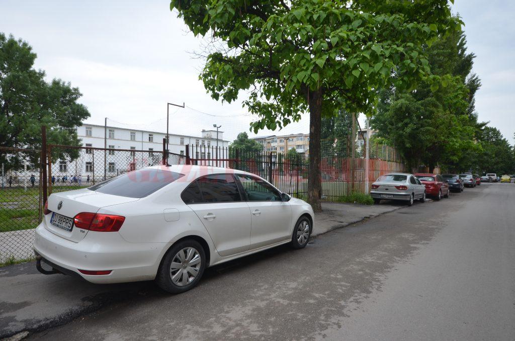 Trotuarele orașului Craiova folosite drept parcări pentru autoturisme (Foto: Bogdan Grosu)
