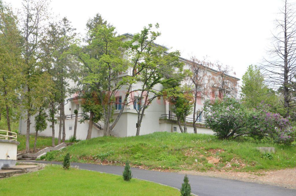 În curtea spitalului exista o vilă unde medicii pot să locuiască (Foto: Claudiu Tudor)
