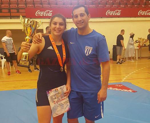 Alexandra Anghel şi antrenorul Aurel Cimpoeru prezintă un nou trofeu cucerit, Cupa României