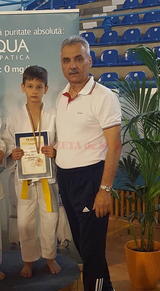 Antrenorul Alexandru Pop alături de medaliatul cu bronz, Ștefi Popa