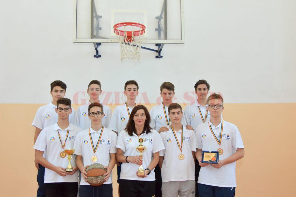 """Baschetbaliştii de la Colegiul Naţional """"Fraţii Buzeşti"""" şi profesoara Adela Burcea au prezentat trofeele şi medaliile cucerite la turneul final de la Arad"""