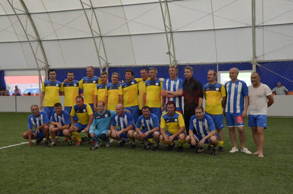 """""""Maximii"""" (în albastru) şi-au luat revanşa în faţa echipei formate din profesorii universitari (Foto: Alexandru Vîrtosu)"""
