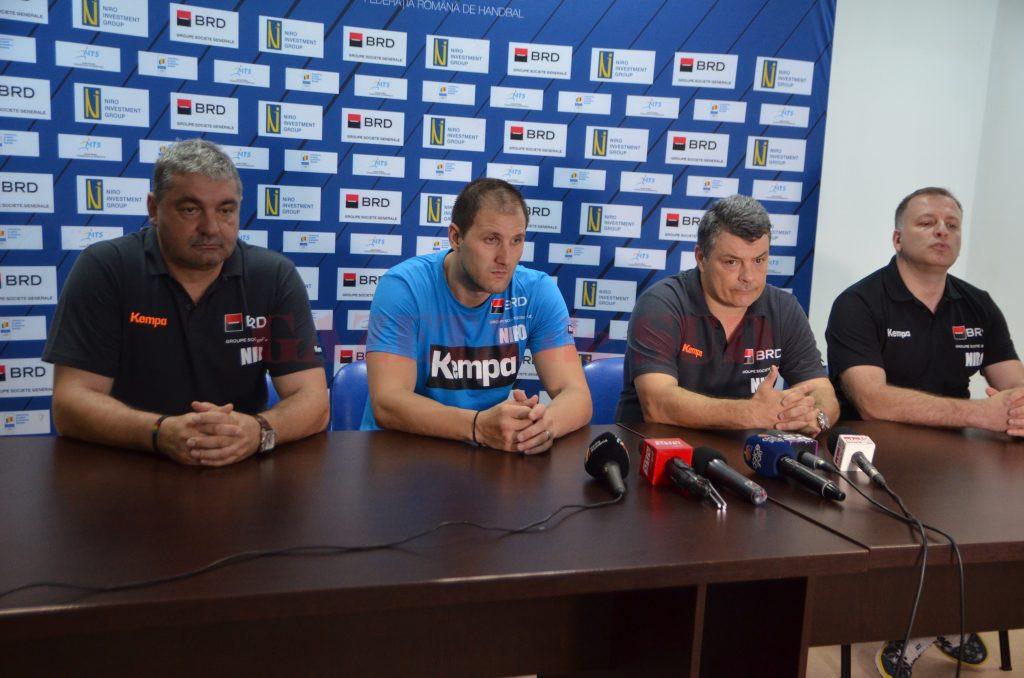 Team-managerul Sorin Toacsen, portarul Mihai Popescu şi selecţionerul Xavier Pascual au vorbit despre importanţa partidei cu Belarus, programată mâine la Craiova (Foto: Claudiu Tudor)