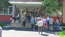 """Părinți elevilor de clasa a IV-a de la Școala Gimnazială """"Mihai Viteazul"""" din Craiova s-au prezentat joi la unitatea școlară pentru a cere explicații, după ce au fost anunțați că se va relua examenul pentru admitere la clasa de intensiv engleză"""