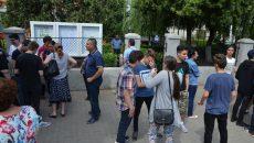 """Elevi și părinți la centrul de examen de la Școala gimnazială """"Sfântul Dumitru"""" din Craiova"""