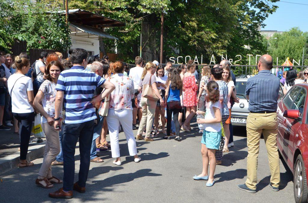 """Elevi și părinți prezenți ieri la centrul de examen de la Școala gimnazială """"Traian"""" din Craiova (Foto: Claudiu Tudor)"""