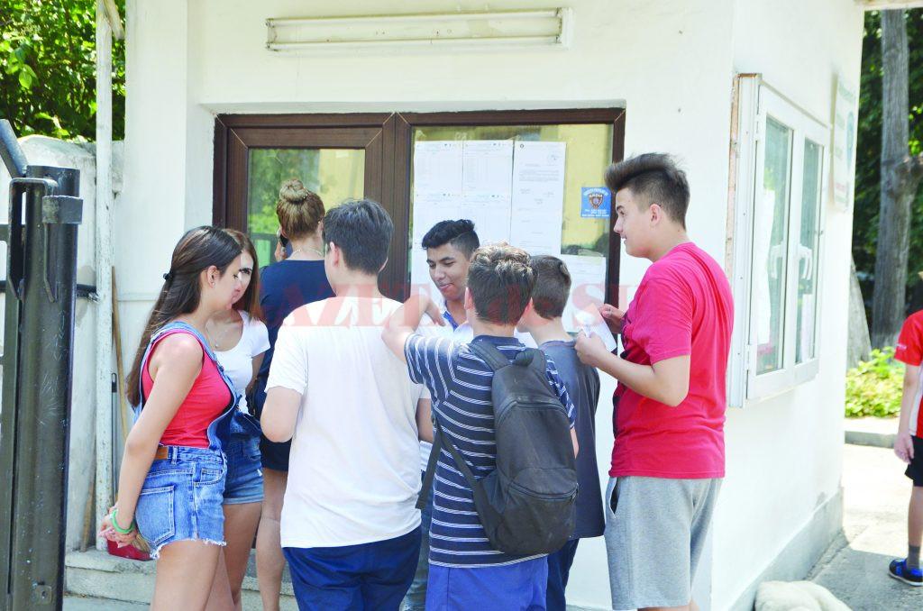 """Elevi de la Școala Gimnazială """"Traian"""" din Craiova prezenți la afișarea rezultatelor de la evaluarea națională (FOTO: Claudiu Tudor)"""