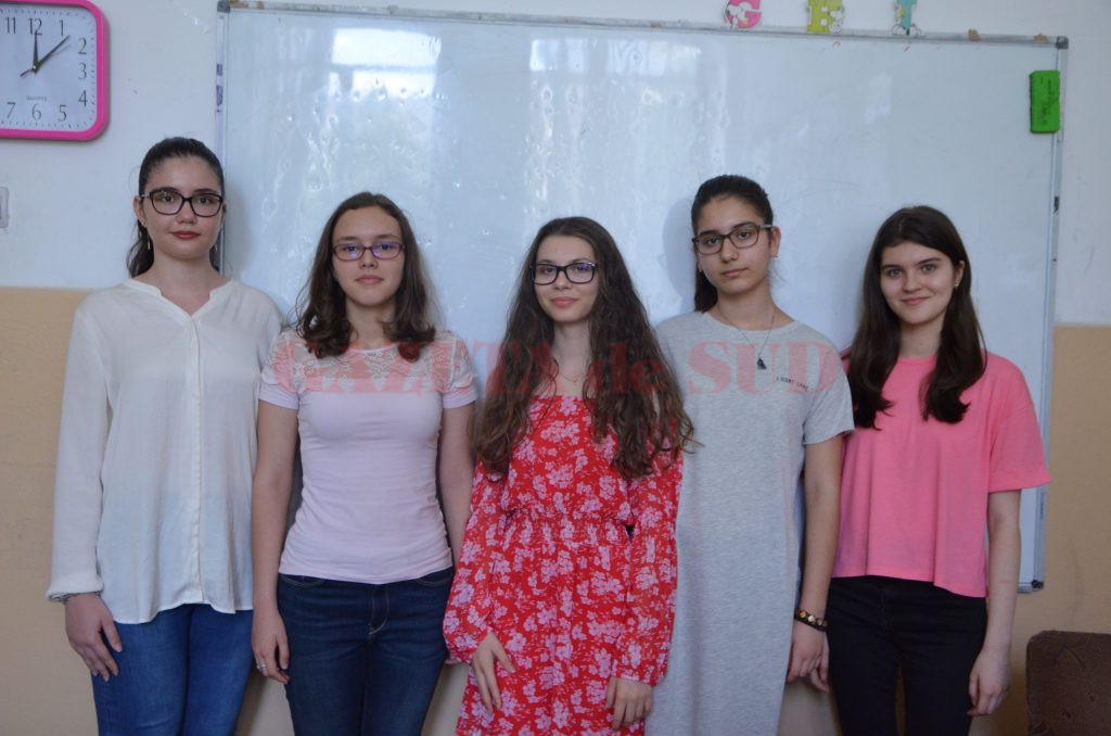 """Cele cinci eleve de la Școala Gimnazială """"Traian"""" din Craiova care au promovat evaluarea națională cu media 10 (Foto: Claudiu Tudor)"""