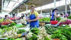 Mariana Firu are legume româneşti, însă se plânge că trebuie să le vândă la preţuri mici (Foto: Bogdan Grosu)