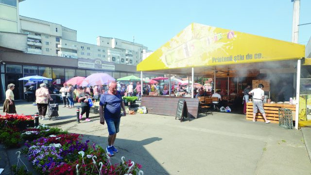 Fumul şi mirosul de la mici învăluie Piaţa Centrală (Foto: Bogdan Grosu)