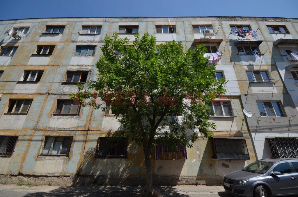 Căminul de pe strada Ion Ţuculescu este dărăpănat, însă oamenii păstrează curăţenia (Foto: Bogdan Grosu)
