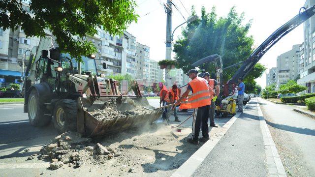 Muncitori şi utilaje se aflau ieri pe Calea Bucureşti pentru a începe refacerea parcărilor (Foto: Bogdan Grosu)