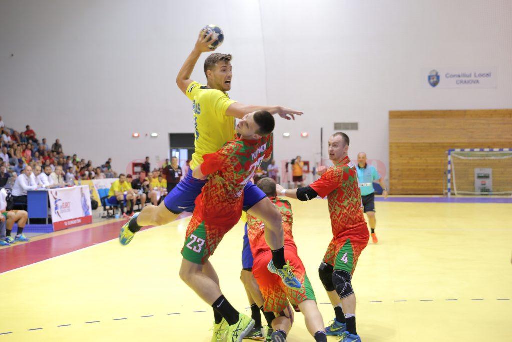 Demis Grigoraş (la minge) şi colegii săi nu au avut nici o şansă să-i învingă pe bieloruşi (foto: Claudiu Tudor)