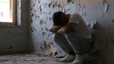 Laurenţiu are 20 de ani, iar de câteva luni se adăposteşte într-un imobil părăsit (Foto: Bogdan Grosu)